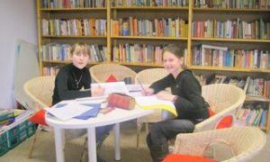 Bibliothek  und Leseraum : Ruhe und R¸ckzug auch in der Mittagspause